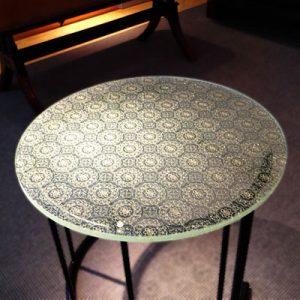 絹ガラス Silk Glass 法相華紋の丸テーブル