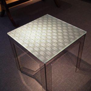 絹ガラス Silk Glass 三筋格子刺繍のテーブル
