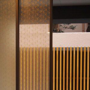 シルクガラス杢目柄のマンション自動扉