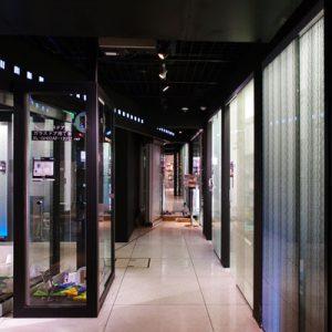 伊と幸絹ガラス展示のスガツネショールーム