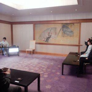 京都府知事ご同席、絹ガラス立礼台で茶道点前