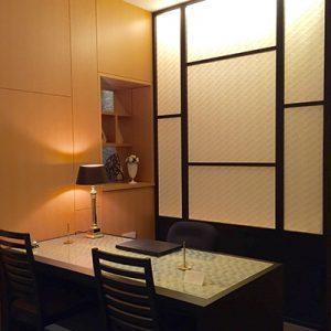 伊と幸絹ガラス製のホテルカウンター