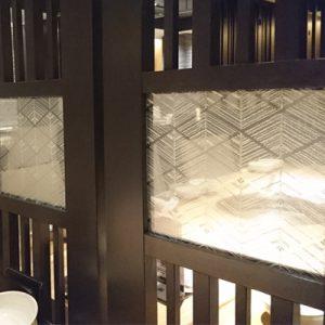 大王松菱文様の絹ガラスを使用した間仕切り