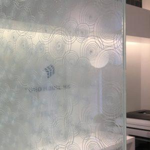 渦巻刺繍の絹ガラスによるカウンター間仕切り