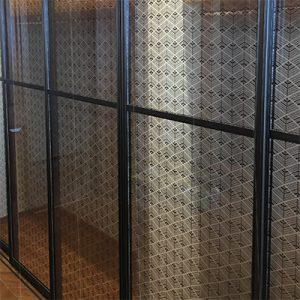 クローゼットの絹ガラスは、絹糸の大王松菱刺繍を染めたファブリックガラスを使用。