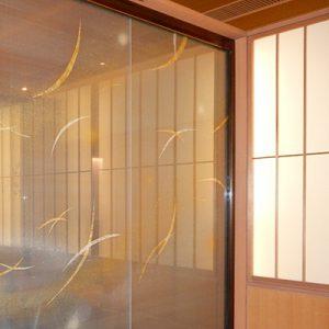 風をイメージしたアート金彩絹ガラスの引き戸