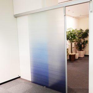 オフィスエントランスに青の濃淡グラデーション染めの絹ガラス
