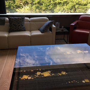 伊と幸絹ガラスの天板でリビングローテーブル