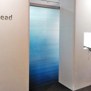 青の濃淡染の絹霞を封入した絹ガラス