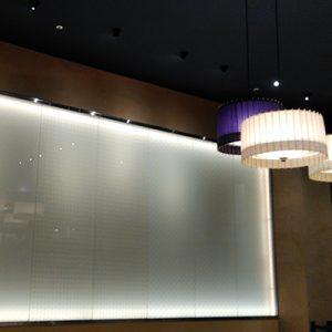 絹ガラスの大王松菱、七宝文様、麻の葉の3柄を絹ガラスの光壁として