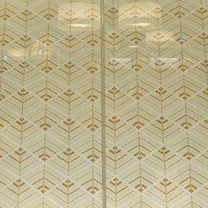 カフェベンチをバックに大王松菱の絹ガラスの光壁