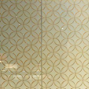 絹に金糸の七宝文様が美し絹ガラスの光壁