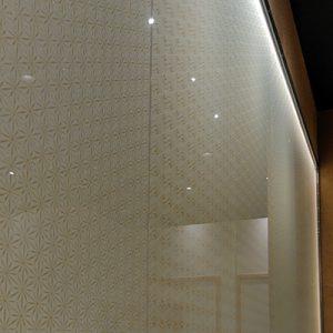 絹ガラスの光壁をカフェベンチの背面に