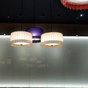 久世福商店併設のカフェに絹ガラスの光壁