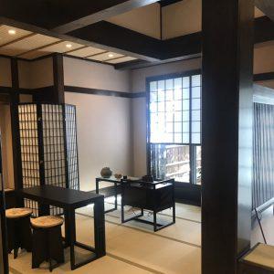 茶の湯のおもてなし、別邸翠雲の入口にて絹ガラス製ティーテーブル立礼台