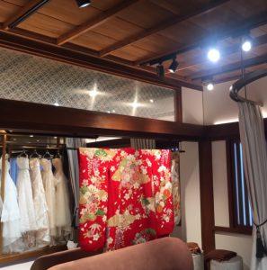 平安神宮衣裳室に七宝文様の絹ガラス