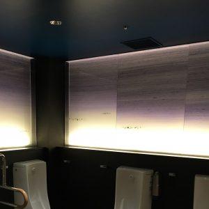 京都駅地下ポルタ男子トイレの古代紫グラデーションの絹ガラス