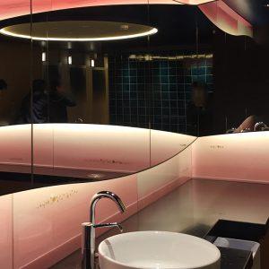 京都駅地下ポルタ西口の女子トイレの壁に絹ガラス