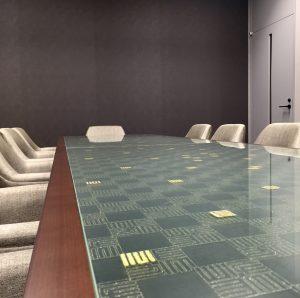 京都経済センター7階京都商工会議所会議テーブルは源氏香の絹ガラス