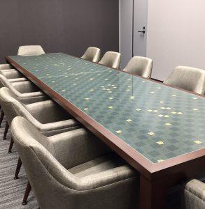 京都経済センター内京都商工会議所の応接室テーブル天板