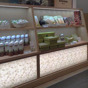 とんかつ人気店かつくらのお惣菜カウンターに葡萄唐草の絹シート