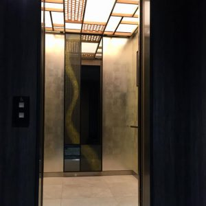 リッチモンドホテルプレミア京都駅前のエレベーターに金彩アートを施した絹ガラス