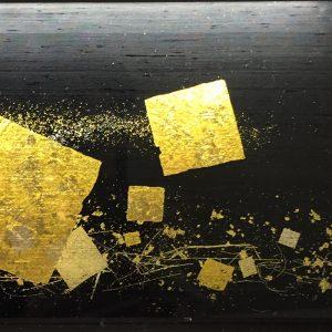 墨色染の霞絹に伝統工芸士が描く切箔散らしの金彩アートの絹ガラス