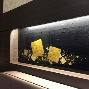 ホテル客室ヘッドボードを彩る金彩アートの絹ガラスのアクセントパネル