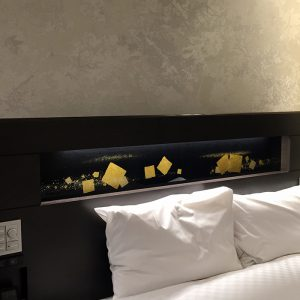 伊と幸が制作した切箔散らし文様の金彩アートの絹ガラス