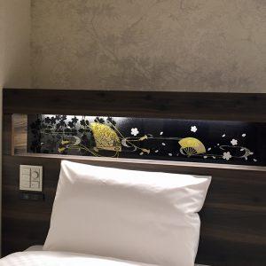 ヴィアイン京都駅八条口客室のヘッドボードに檜扇の金彩アート絹ガラス
