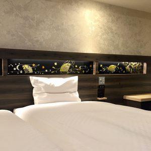 ヴィアイン京都駅八条口の客室ヘッドボードを彩る金彩アートの伊と幸製絹ガラス