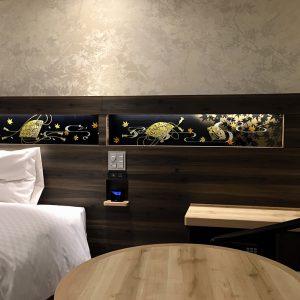伝統工芸士が描いた金彩アートの絹ガラスがアクセントのヴィアイン京都駅八条口客室