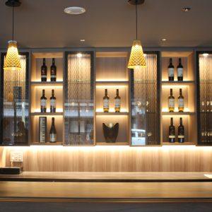 ホテグランバッハ京都御池 吊り棚扉にクラシカルな絹ガラス