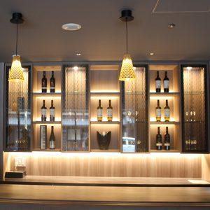ホテルグランバッハ京都御池セレクトのバーカウンター家具面材に絹ガラス