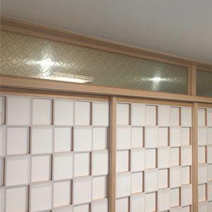 縁起の良い七宝文様の絹ガラスを欄間に設置