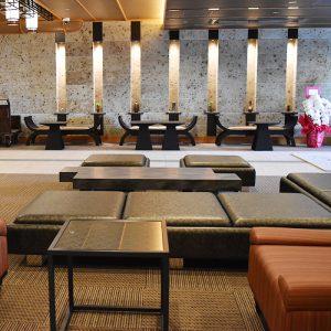 絹ガラスのテーブルが合うモダンな旅館花街道のロビー