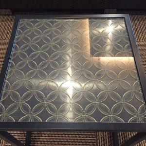 絹ガラスのテーブルトップが美しい花街道ロビーのテーブル