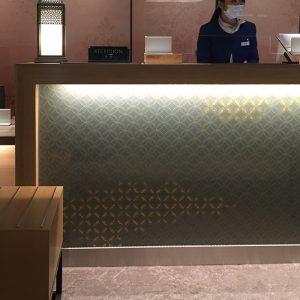 ホテルエミオン京都様レセプションカウンターを彩る金彩アートの伊と幸製絹ガラス