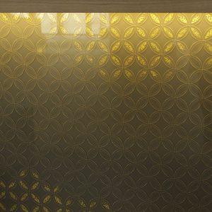 七宝紋様の柄に金彩で彩りと輝きを加えた絹ガラス